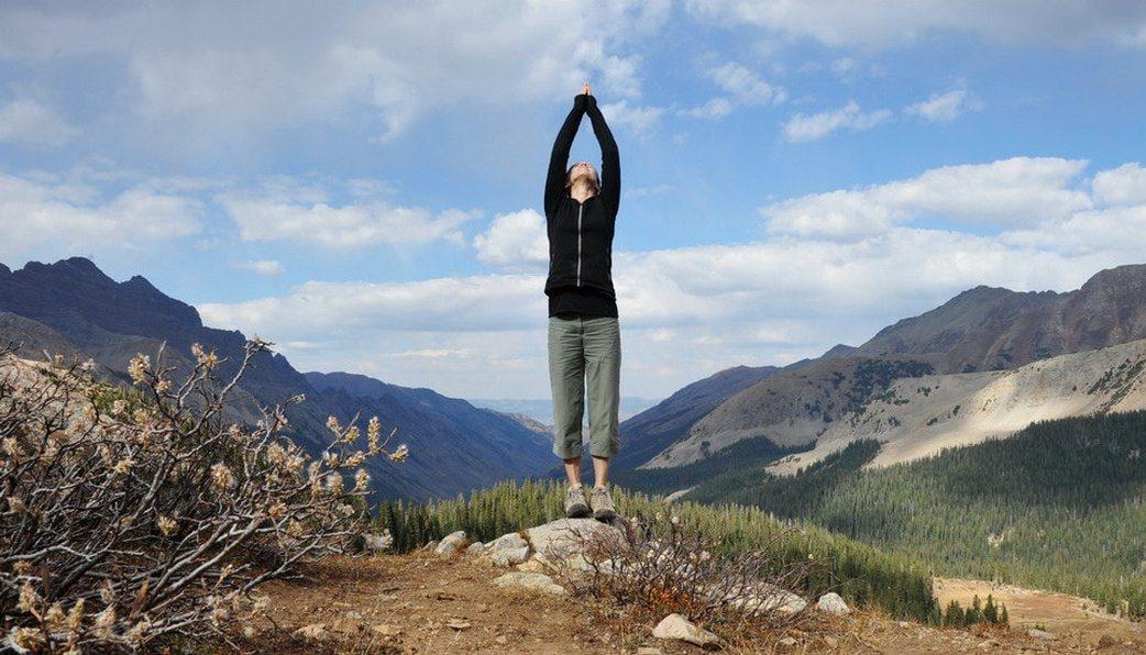 yoga giãn cơ với tư thế quả núi