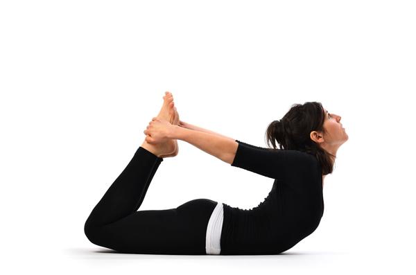 Bài tập yoga uốn dẻo lưng với tư thế lạc đà