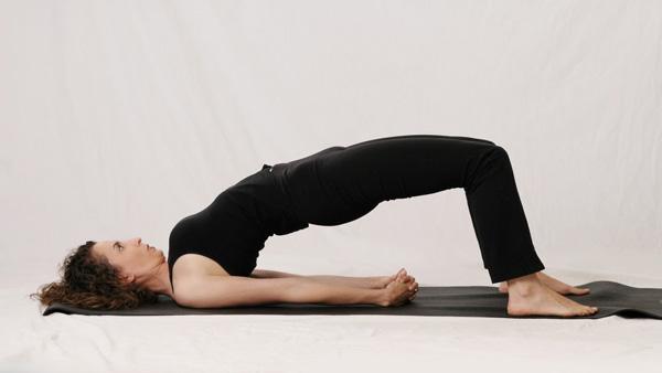 Bài tập yoga uốn dẻo lưng với tư thế cây cầu