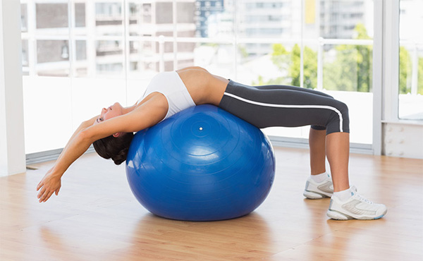 Bài tập yoga với bóng cuộn