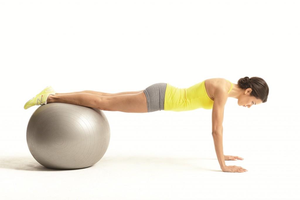 Bài tập yoga với bóng theo kiểu Jack-Knife