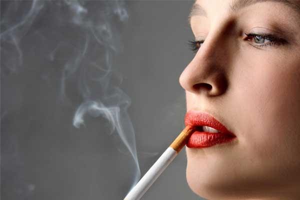 Một trong những nguyên nhân khiến môi bạn bị thâm đó là hút thuốc lá