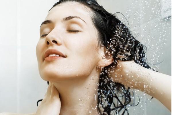 Sử dụng dầu xả sau khi gội đầu giúp mái tóc của bạn thêm bóng mượt