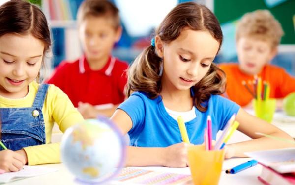 Tập viết tiếng Anh về màu sắc là một phương pháp học khá phù hợp với các bé