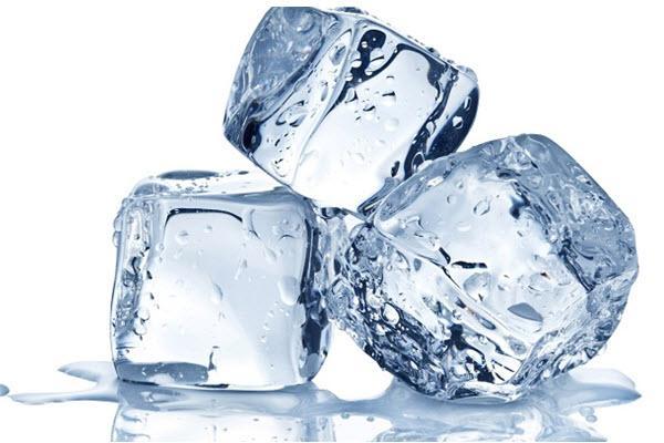 Sử dụng đá lạnh để se khít lỗ chân lông