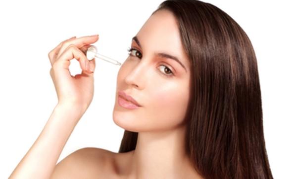 Sử dụng serum cho da mặt giúp các dưỡng chất thấm sâu vào da của bạn
