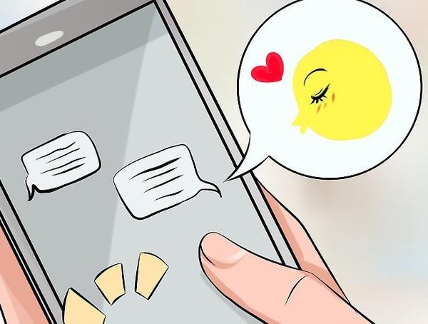 Nhắn cho bạn gái mình những tin nhắn quan tâm, hỏi han hằng ngày