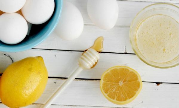 Tách lòng trắng trứng gà và mạnh tay cho đến khi lòng trắng trứng nổi bọt