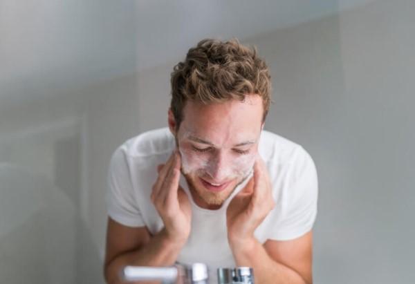 Làm sạch da mặt cho nam mỗi ngày