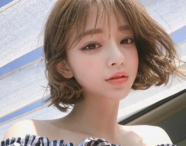 Kiểu tóc ngắn ngang vai xoăn nhẹ