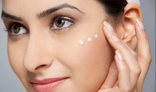 Sử dụng các sản phẩm trị thâm cho da mặt