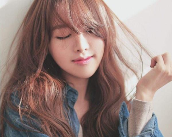 Những lọn tóc xoăn có thể che gương mặt vuông vô cùng hiệu quả